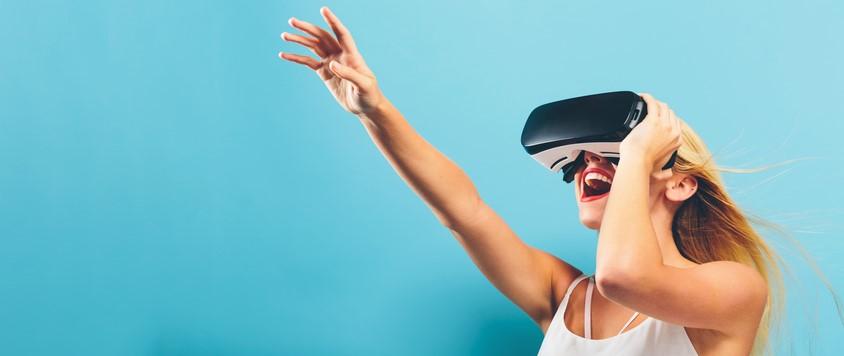Enthousiaste vrouw met VR bril van Virtual Store